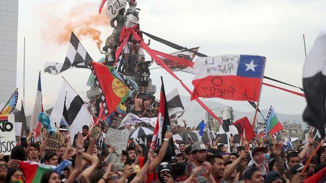 Manifestantes reunidos este viernes en los alrededores de Plaza Italia, Santiago de Chile.
