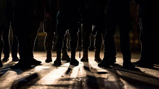 Militares patrullan por una calle de Santiago después de que Piñera declarase el estado de emergencia.