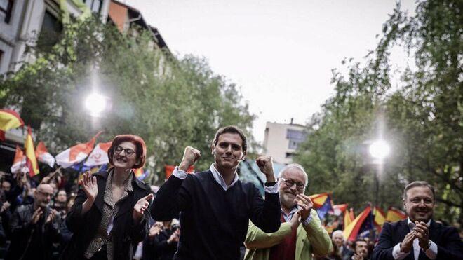 Rivera con Pagazaurtundua y Savater en el mitin de Rentería en abril.
