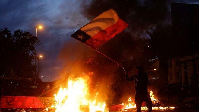 """Más del 70% de los chilenos está """"muy en desacuerdo"""" con hacer demandas sociales mediante actos violentos."""