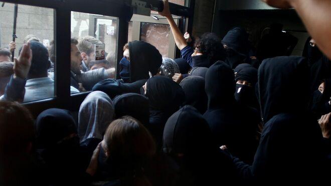 Un grupo de personas no deja a los estudiantes de la Universidad Pompeu Fabra acudir a clase