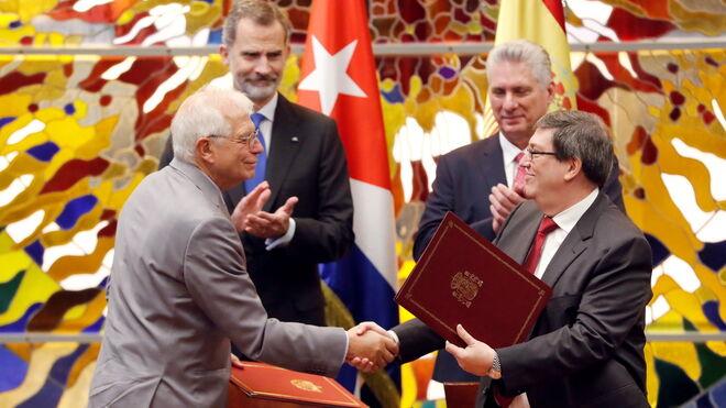Felipe VI y el ministro Borrell durante el viaje de los Reyes a Cuba.