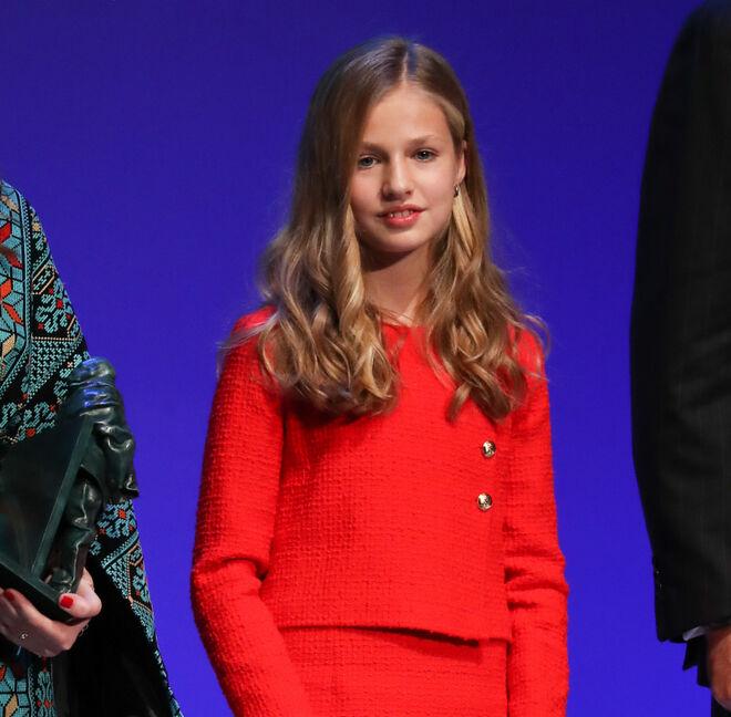 La Infanta Leonor con traje rojo de croché en los Premios Princesa de Girona