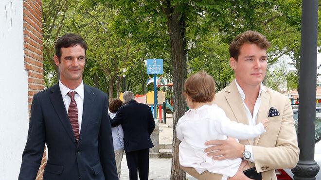José Bono Rodríguez con su novio, Aitor Gómez, en la comunión de su sobrino Jorge Martos.