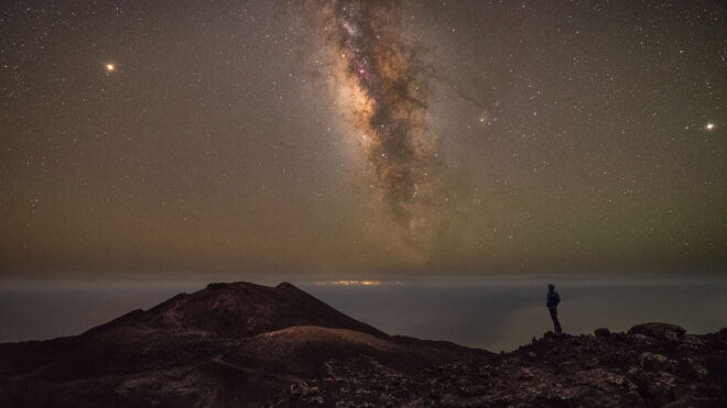 Vista nocturna del volcán Teneguía en la isla de La Palma.
