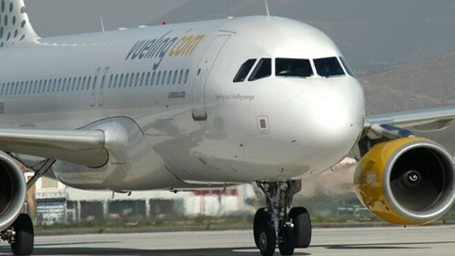 Un avión Airbus de la aerolínea de Vueling, la que más pasajeros transporta en El Prat.