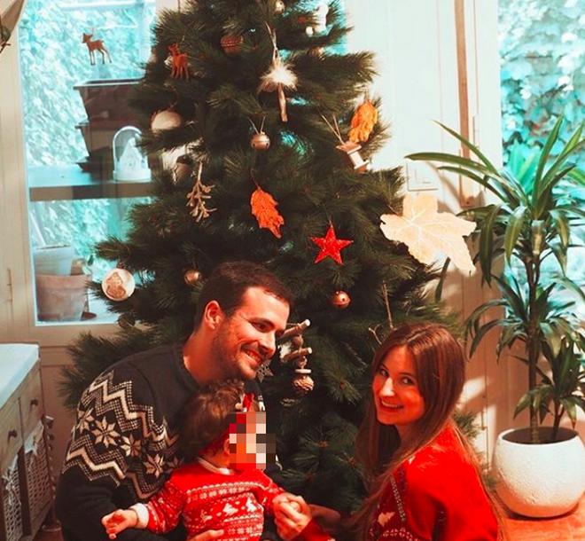 Alberto Garzón junto a su mujer y su hija