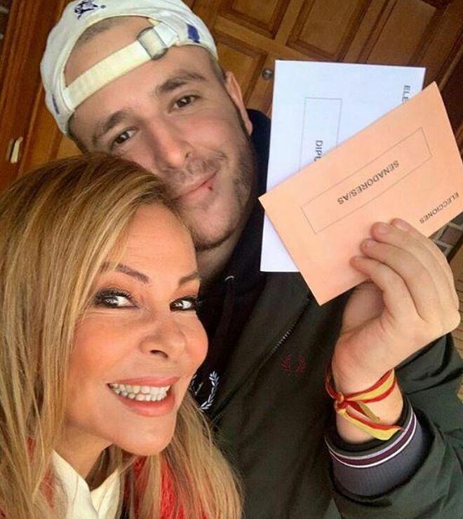 Álex Lequio y su madre Ana Obregón, el día de las elecciones generales.