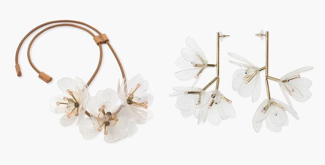 Collar con cuero y flores de vinilo PVP: 92€ // Pendientes de flores PVP: 65€
