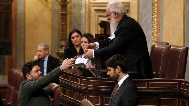 Gabriel Rufián votando en el Congreso