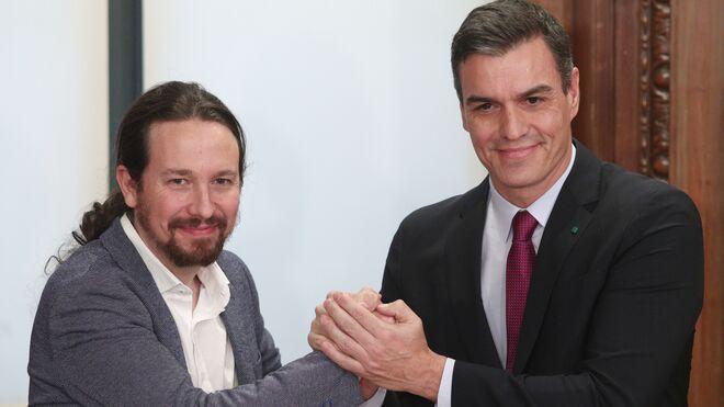 El presidente del Gobierno en funciones, Pedro Sánchez (dech.) y el secretario general de Podemos, Pablo Iglesias (izq).