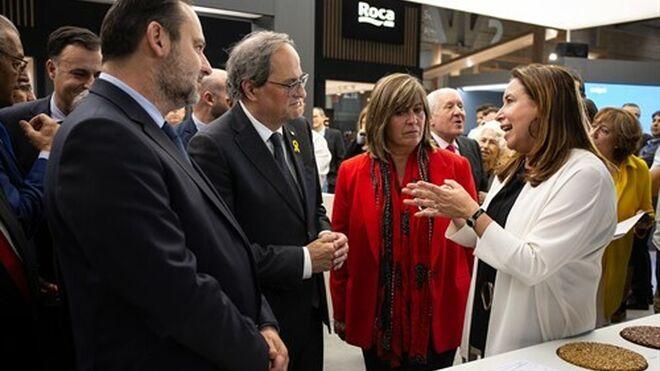 Núria Marín, en el centro de la imagen, rodeada de Quim Torra y José Luis Ábalos en el Salón BBConstrumat 2019 .