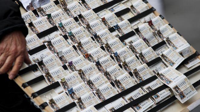 Panel con los boletos de Lotería de Navidad que vende un lotero en la Plaza del Sol de Madrid (España).