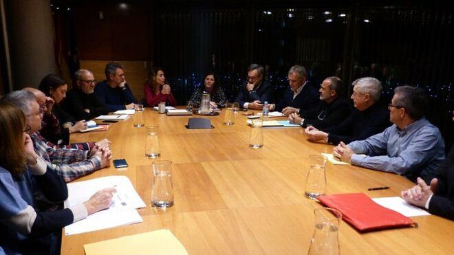Responsables de los ayuntamientos de Gavà y Castelldefels se reúnen con entidades vecinales para abordar las amenazas de la ampliación del aeropuerto de Barcelona.