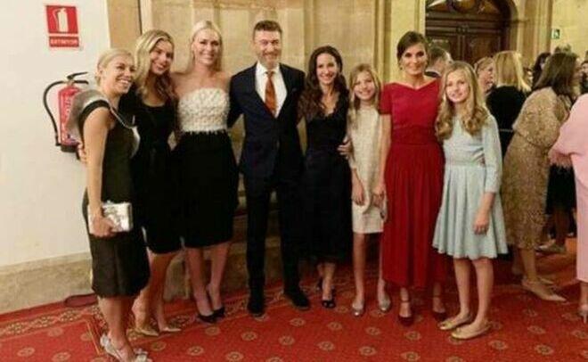 Telma Ortiz, con su nuevo novio, Robert; la Reina Letizia y sus hijas.