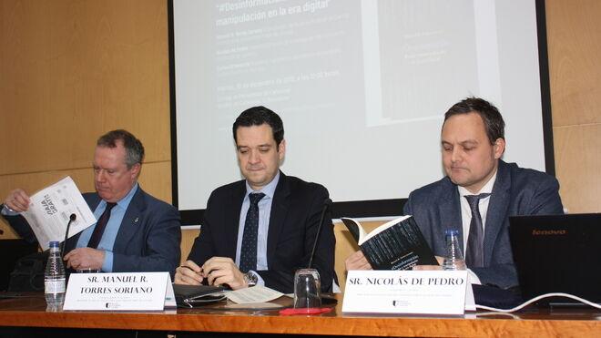 Los tres expertos durante la presentación del libro Desinformación, poder y manipulación