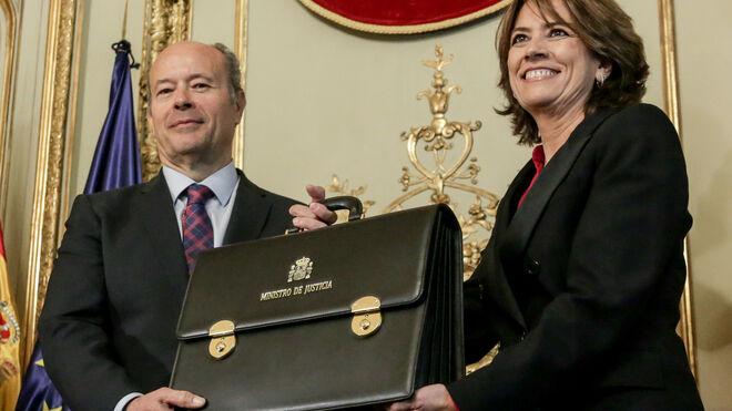 Juan Carlos Campo toma posesión de su cargo como ministro de Justicia, recibiendo la cartera de manos de Dolores Delgado