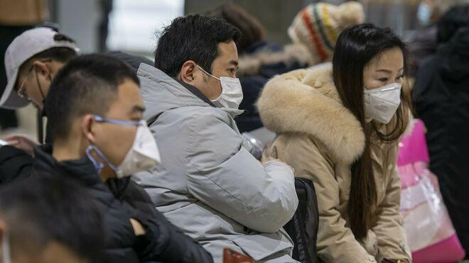 Ciudadanos chinos protegidos con mascarilla del coronavirus
