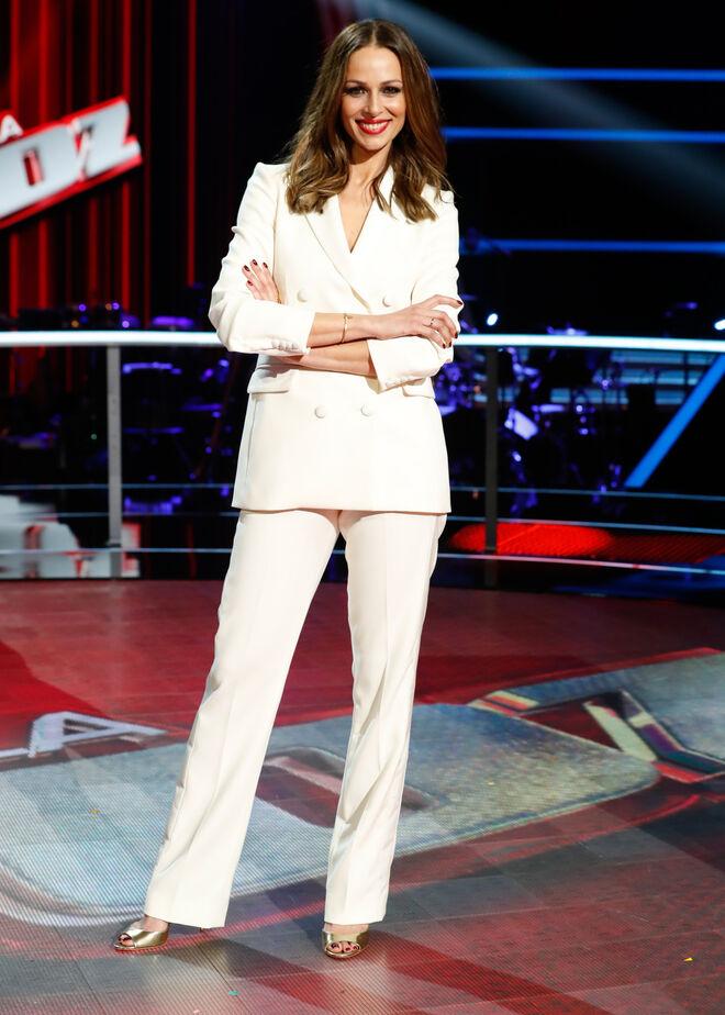 Eva González con traje blanco en la presentación de 'La Voz'