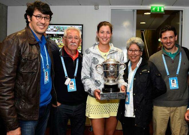 Garbiñe Muguruza posa con su trofeo de Roland Garros junto a sus padres y sus dos hermanos.