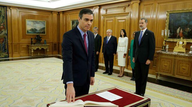 El presidente del Gobierno, Pedro Sánchez, promete su cargo ante el Rey Felipe VI, en el Palacio de La Zarzuela /Madrid.