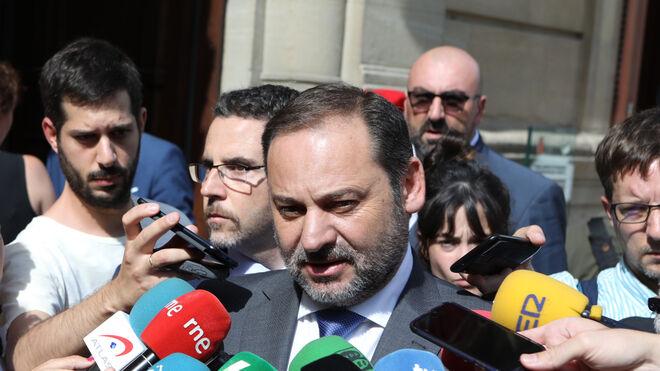 Koldo García Izaguirre tras el ministro durante unas declaraciones a la prensa