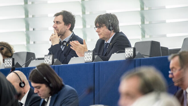 Puigdemont y Comín en sus escaños de la Eurocámara.