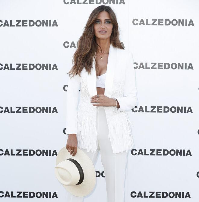 Sara Carbonero con traje, top y sombrero en blanco
