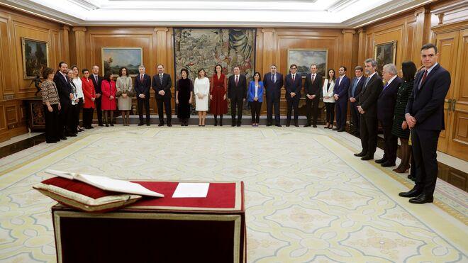 Los ministros del nuevo Gobierno ante el rey Felipe VI en el acto de toma de posesión.
