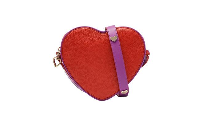 Bolso rojo con forma de corazón. PVP: 170€