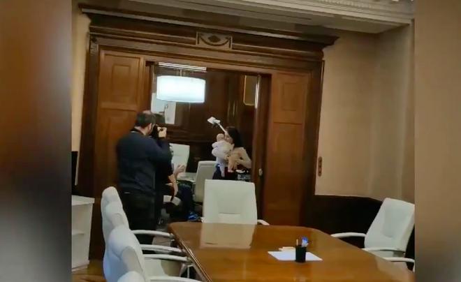 Captura del vídeo en el que aparece Irene Montero adormilada
