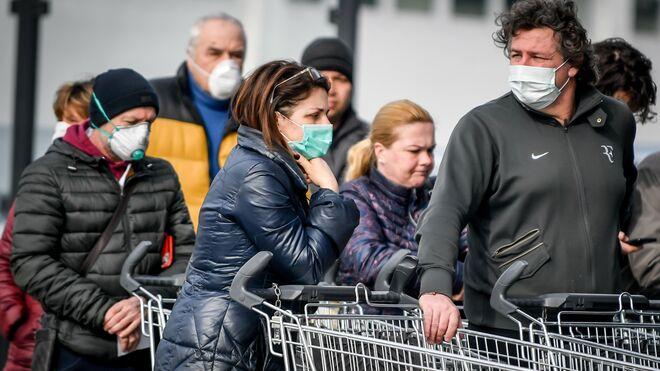 Ciudadanos italianos se protegen con mascarillas.