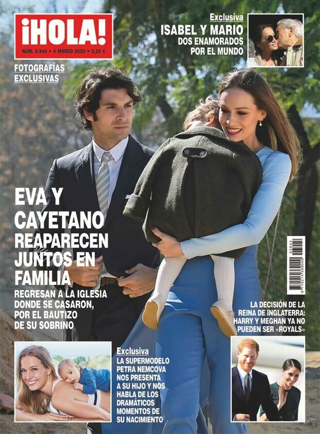 Eva González y Cayetano Rivera con el niño en la portada del 'Hola'