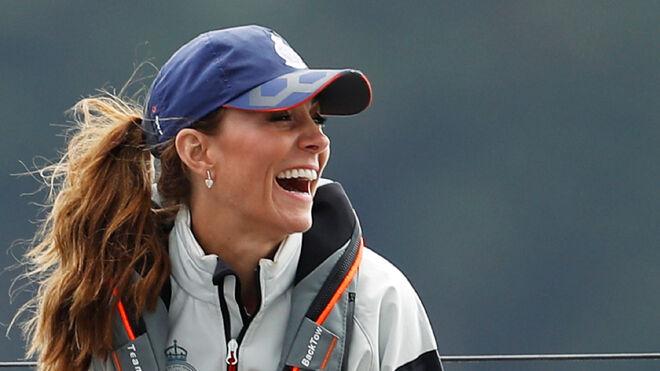 Kate Middleton con gorra azul durante su participación en las regatas
