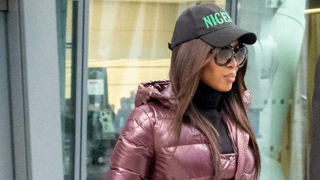 Naomi Campbell con gorra negra de estilo souvenir