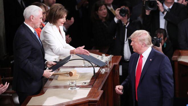 Trump rechaza tenderle la mano a Pelosi.