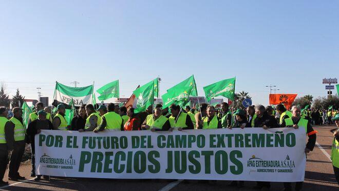 Última hora de los cortes de carretera en Extremadura por parte de los agricultores extremeños