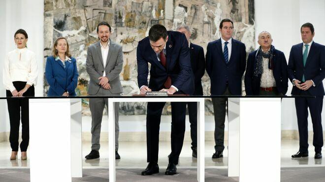 Imagen del día en que patronal y sindicatos firmaron junto al Gobierno la subida del Salario Mínimo