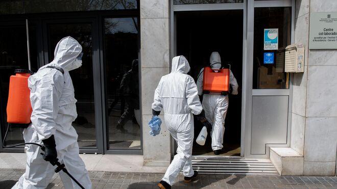 Militares de la UME se dirigen a desinfectar una residencia geriátrica.