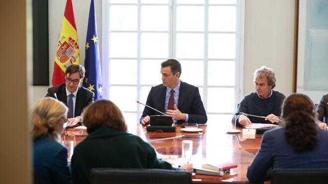 El ministro de Sanidad, Salvador Illa (i), el presidente del Gobierno, Pedro Sánchez (c), y el director del Centro de Coordinación de Alertas y Emergencias Sanitarias, Fernando Simón (d)