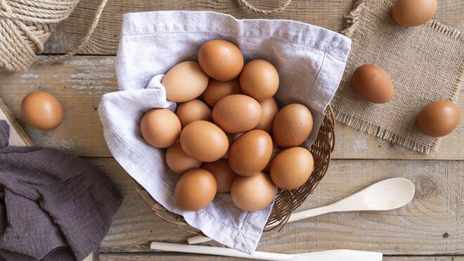 Los huevos son ricos en biotina que ayuda al crecimiento saludable del cabello