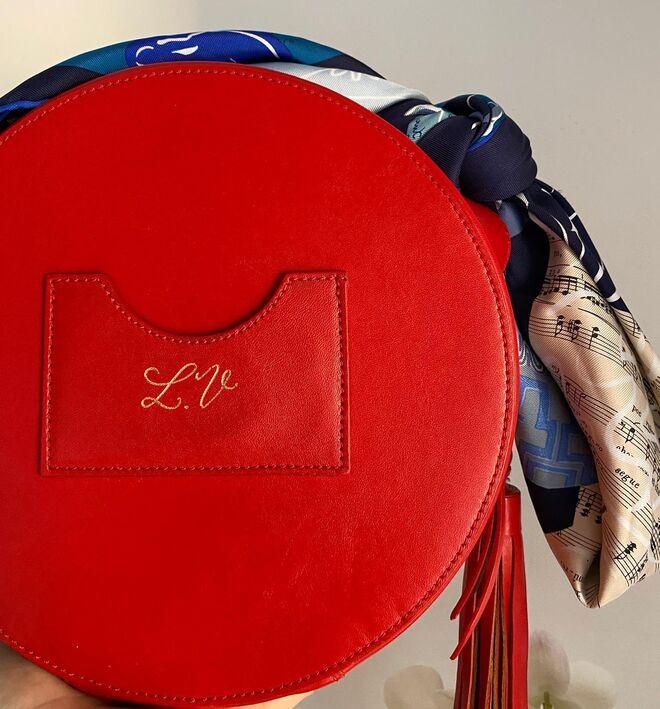 Bolso circular con iniciales grabadas. PVP: 260€