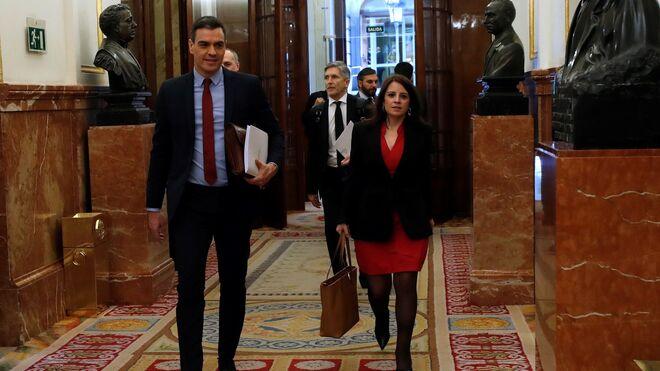 El presidente del Gobierno, Pedro Sánchez, acompañado por la portavoz socialista, Adriana Lastra, a su llegada al Congreso de los Diputados