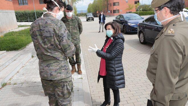 Margarita Robles habla con varios oficiales de las Fuerzas Armadas.