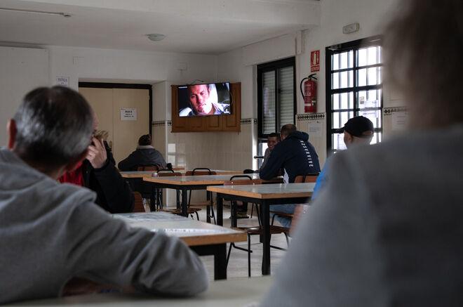 En el comedor, los residentes pasan el tiempo viendo la televisión