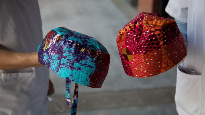 Los sombreros protectores los ha hecho la madre de Concha a mano con telas de Sierra Leona