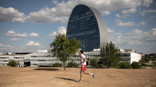 Gustavo corre frente a la sede del BBVA