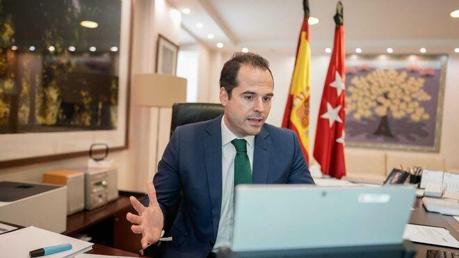Ignacio Aguado en su despacho del Gobierno de Madrid.