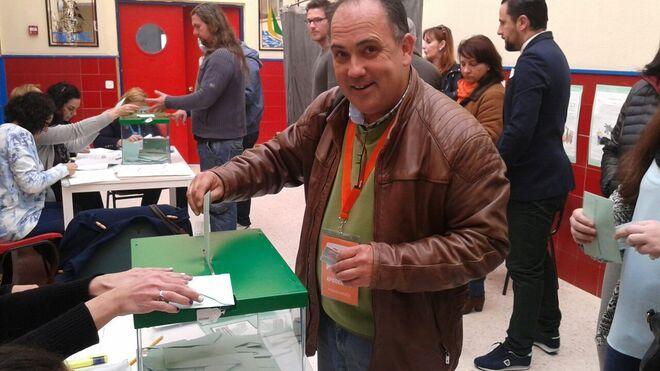 Manuel Buzón votando en un colegio electoral.
