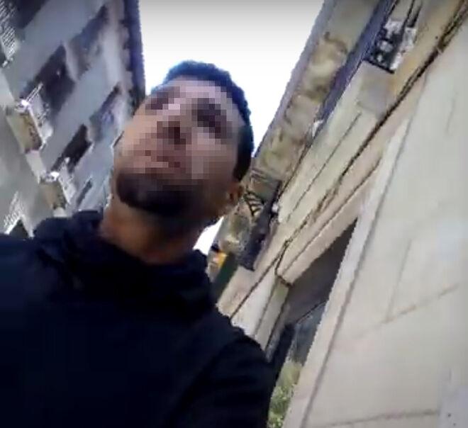 Mohamed Yassim Amrani durante uno de sus paseos por la ciudad condal